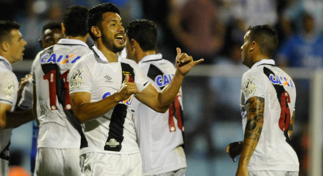 Andrés Rios marcou e foi expulso contra Avaí, em Florianópolis