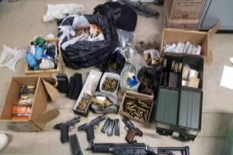 Armas, drogas e munições foram apreendidas