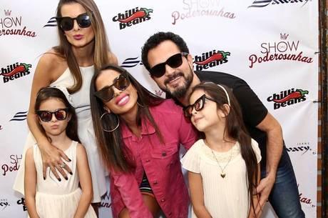 Luciano Camargo com a família no show de Anitta