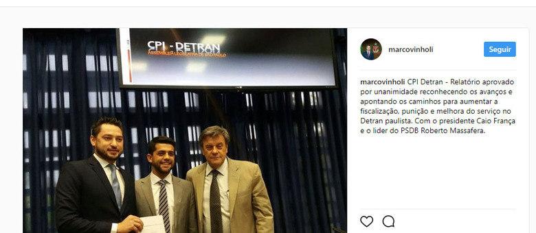 Os deputados estaduais Marco Vinholi, Caio França e Roberto Massafera posam com o relatório da CPI do Detran-SP