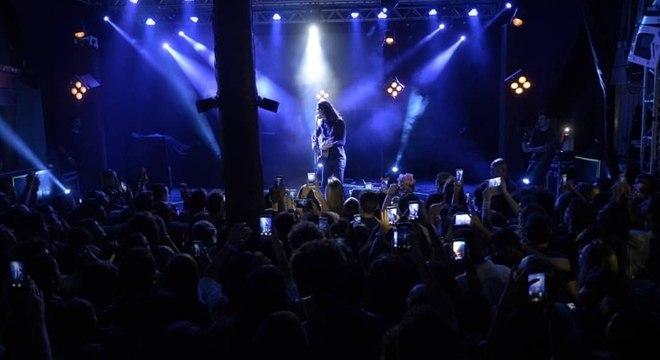 Clima do show é intimista. No palco, apenas Tiago, um pedestal e um violão