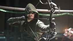 Mais uma vez, Oliver Queen desistiu do manto do Arqueiro Verde em Arrow ()