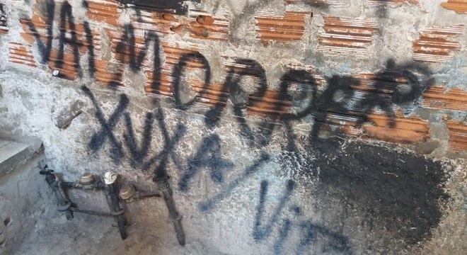 Ameaças apareceram nos muros da comunidade no último sábado (14)