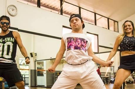 O jovem de 26 anos dá show na hora da dança