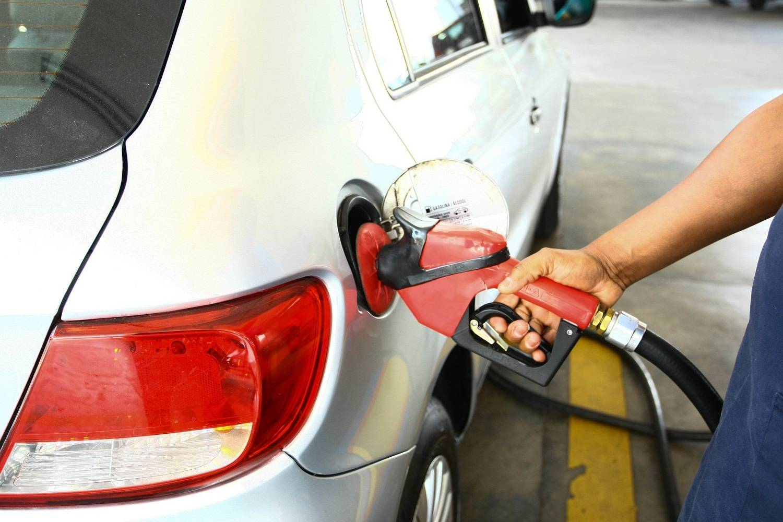 Preço da gasolina nos postos tem 1ª queda em 14 semanas
