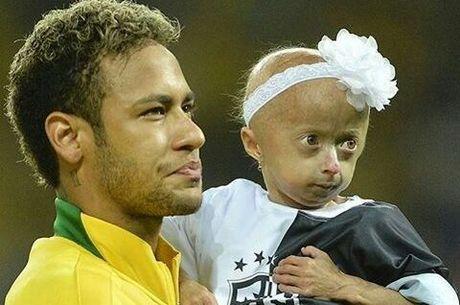 A menina realizou o sonho de conhecer o Neymar
