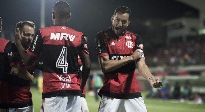 Zagueiro Rever comemora seus gols contra o Bahia, na Ilha do Urubu