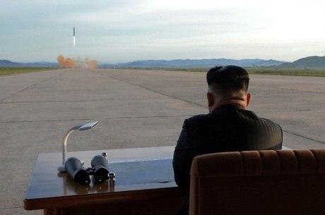 Kim Jong-un observa teste de mísseis na Coreia do Norte
