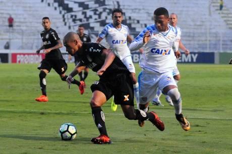 Wendel e Luanzinho disputam lance da partida