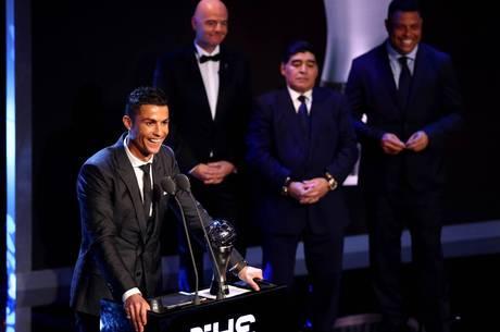 CR7 é observado por Infantino, Maradona e Ronaldo