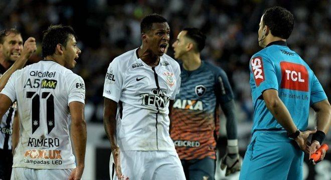 Jô, do Corinthians, reclama com auxiliar pênalti não marcado contra Botafogo