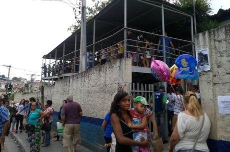 Fila para vacinação na UBS/AMA Jardim Peri