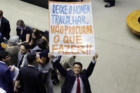 Apoiador de Temer, Wladimir Costa levou cartaz