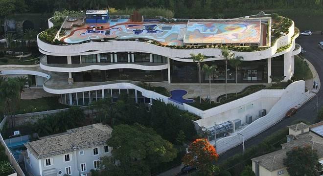 Instalada em terreno de 12 mil m², a residência tem 4,5 mil m² de área construída