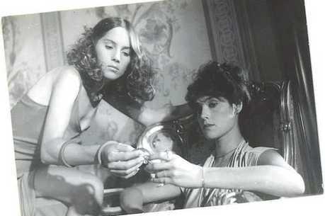 "Nicole Puzzi e Christiane Tornoli em cena de ""Ariella"""
