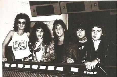 A banda com o produtor Ezequiel Neves (de óculos)
