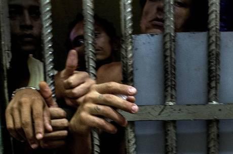 Brasil tem mais de 700 mil pessoas presas