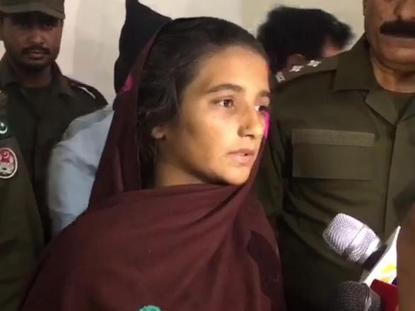 Forçada a se casar em setembro, a paquistanesaAsiya Bibi, de 20 anos, tinha um plano tenebroso para poder acabar com o matrimônio arranjado. A mulher, moradora de Muzaffargarh, centro-sul do Paquistão, botou veneno de rato na garrafa de leite do marido, Amjad Akram, de 25. Achou que só ele tomaria. Mas, por sugestão da mãe, o homem decidiu dividi-la: despejou o líquido numa jarra com uma bebida tradicional nessa região — olassi, feita com iogurte. O marido serviu o lassi envenenado para outras 27 pessoas de sua família num almoço. O homem bebeu com elas.Asiya acabou provocando a morte do marido e, por acidente, a de mais 14 da família dele