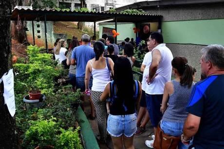 Moradores fazem fila para se vacinar na zona norte