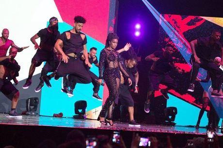 A cantora no Prêmio Multishow com macacão exclusivo