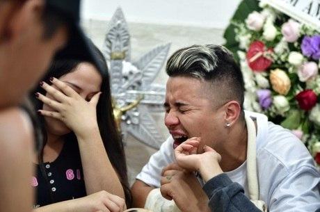 Durante o velório, irmão chorou ao lado do caixão