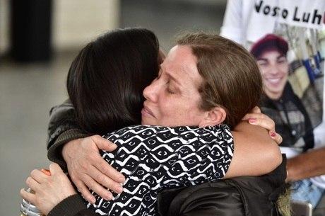 Mãe do jovem foi consolada durante o velório