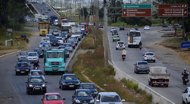 Movimento na rodovia BR-232, em Recife; Pernambuco tem 56,1% de estradas ruins