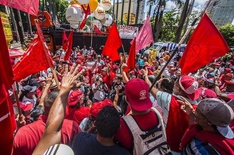 Centenas se reuniram na sexta em SP para protestar