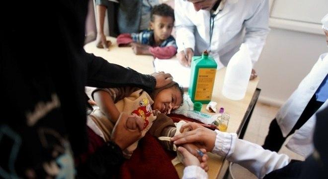 Criança recebe tratamento contra a má nutrição infantil