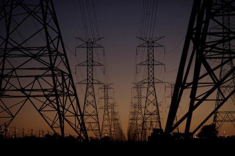 Luz ficou em média 3,28% mais cara no mês passado