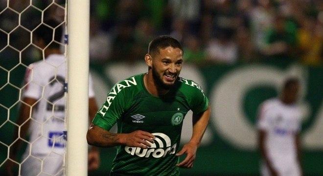 Chapecoense, de Arthur, dominou o Santos e venceu por 2 a 0 na Arena Condá