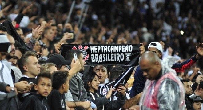 Torcedor levou faixa de heptacampeão brasileiro ao jogo contra o Avaí