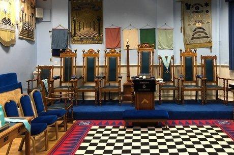 A Fraternidade Honorária de Antigos Maçons se reúne em salas como esta