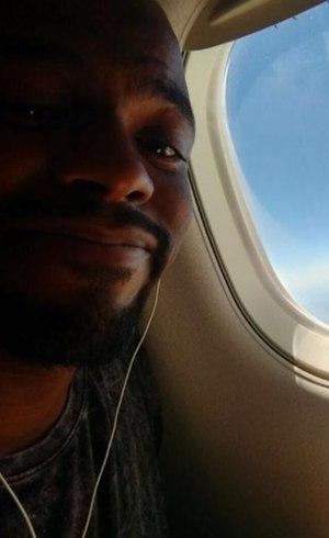 Gabriel no avião a caminho do show
