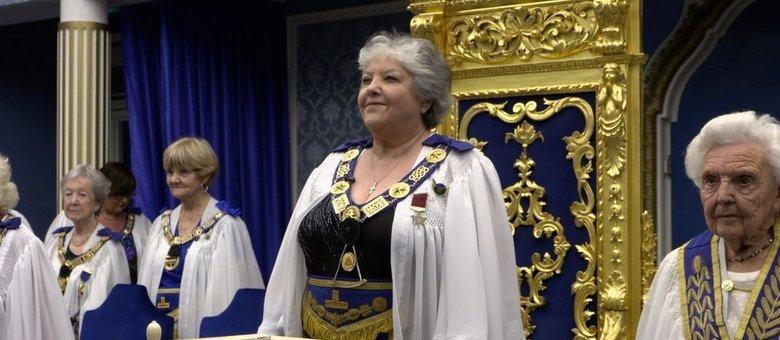A grande mestre Zuzanka Penn alcançou o topo da hierarquia na Ordem de Mulheres Maçons, no Reino Unido