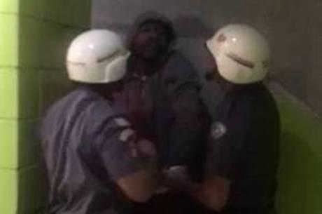 Gabriel sendo algemado e preso por policiais