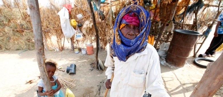Família vive em cabana na cidade portuária do Mar Vermelho, em Hodeida