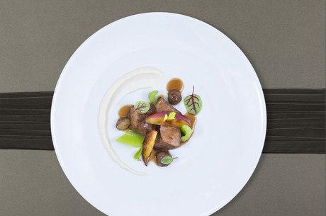 Cordeiro cozinho ao molho de mostarda e figos