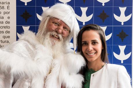 Maíra García em foto com o Papai Noel