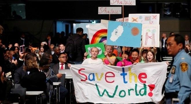 Crianças se manifestam durante a abertura das negociações climáticas na Alemanha