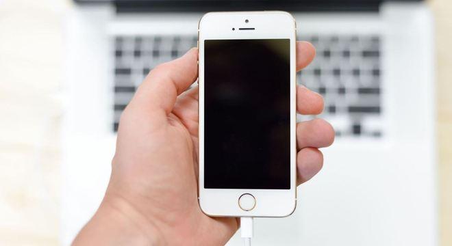 Deixar o celular carregando de noite não é a melhor prática, mas não danifica o aparelho