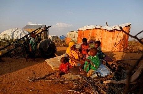 Família em acampamento para pessoas afetadas pela seca na Somália