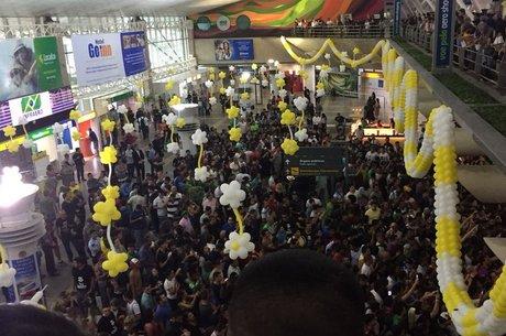 Em outubro, milhares de jovens receberam Bolsonaro no aeroporto de Belém, onde ele participou de eventos com fãs