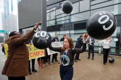 Ativistas protestam contra as emissões de carbono