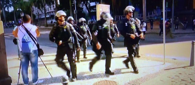 Policias e manifestantes entraram em confronto em frente à Alerj