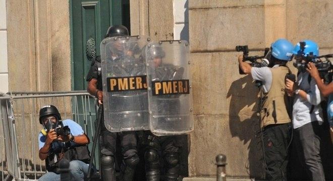 Manifestantes e policiais entraram em confronto em frente à Alerj