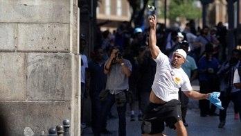 Policiais e manifestantes entram  em confronto em frente à Alerj (Ricardo Moraes/Reuters - 17.11.2017)