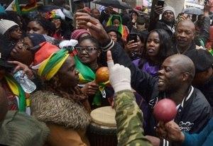 Partido deve exonerar Mugabe e zimbabuanos comemoram