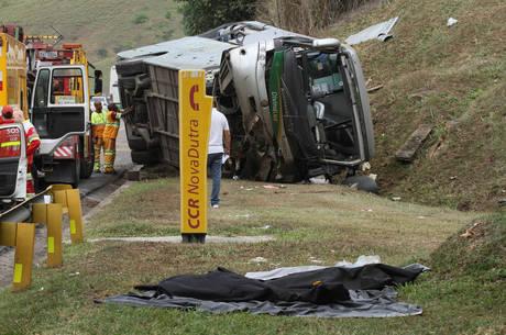 O acidente aconteceu na altura do km 214 no sentido São Paulo