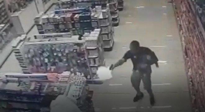 Imagem mostra quando policial dispara contra dois criminosos com o filho no colo